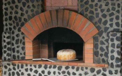La Fabrication du pain traditionnel cuit au feu de bois